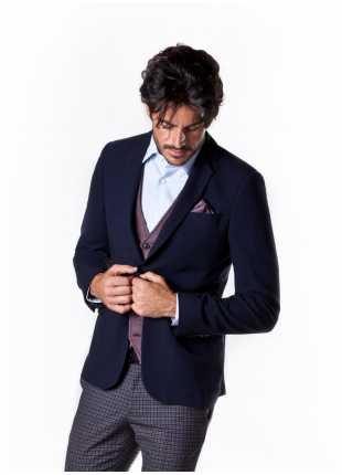 giacca uomo John Barritt vestibilita slim, due bottoni, doppio spacco, bottoni colorati su fondo manica, pochette e amf. Colore blu. Composizione 70% viscosa 30% lana. Blue
