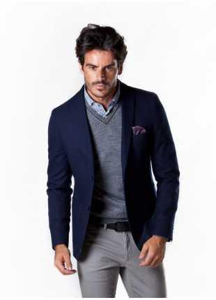 giacca uomo John Barritt vestibilita slim, due bottoni, doppio spacco, bottoni colorati su fondo manica, pochette amf. Colore blu. Composizione 66% lana 33% poliestere 1% elastomero. Sky Blue
