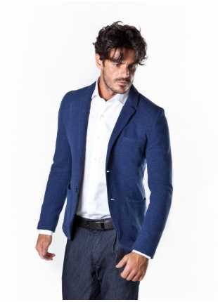 giacca uomo John Barritt vestibilita slim, sfoderata, due bottoni, bottoni colorati su fondo manica. Tessuto jersey in micro-fantasia. Composizione 97% cotone 3% poliammide. Sky Blue