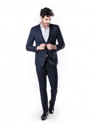 abito uomo primavera-estate John Barritt vestibilita slim, due bottoni, due spacchi, ticket pocket e amf. Lunghezza giacca 72 cm.Tessuto in misto lana. Composizione 60% lana 40% poliestere. Blue
