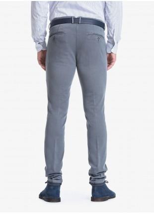 Pantalone chinos uomo John Barritt, vestibilità slim, in cotone elasticizzato tinto capo. Composizione 98% cotone 2% elastan. Grigio Medio Unito