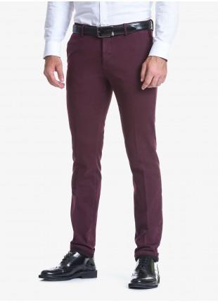 Pantalone chinos uomo John Barritt, vestibilità slim, in cotone elasticizzato tinto capo. Composizione 98% cotone 2% elastan. Melanzana