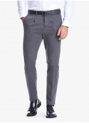 Pantalone uomo John Barritt con pinces davanti, tasca inserita nel fianco davanti e tasche a filetto dietro. Tessuto in cotone elasticizzato lavato. Composizione 98% cotone 2% elastan. Grigio Scuro Unito