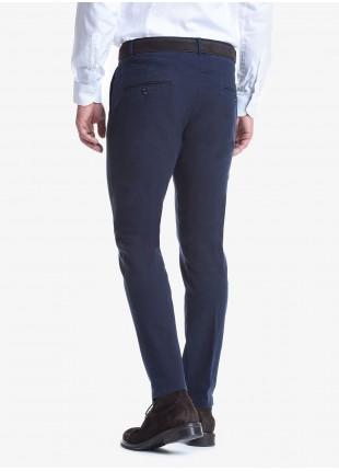 Pantalone uomo John Barritt con pinces davanti, tasca inserita nel fianco davanti e tasche a filetto dietro. Tessuto in cotone elasticizzato lavato. Composizione 98% cotone 2% elastan. Blue