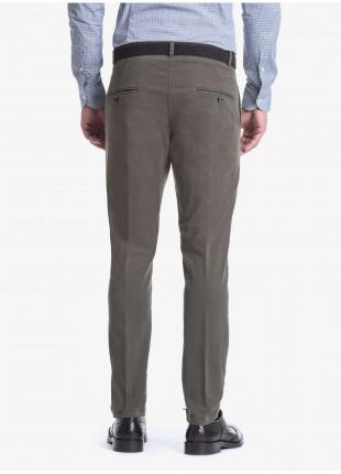 Pantalone uomo John Barritt con pinces davanti, tasca inserita nel fianco davanti e tasche a filetto dietro. Tessuto in cotone elasticizzato lavato. Composizione 98% cotone 2% elastan. Verde Fango