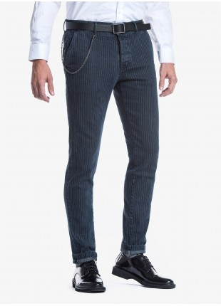 Jeans uomo John Barritt con tasche america davanti e tasche a filetto dietro, in denim elasticizzato gessato con effetto stone wash. Colore blu. Composizione 80% cotone 18% poliammide 2% elastan. Bluette