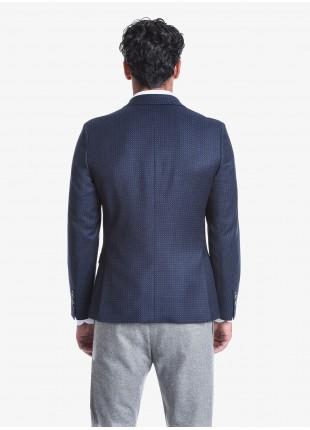 Giacca uomo John Barritt vestibilità slim, foderata, due bottoni, doppio spacco, tasche a pattina, amf e pochette. Tessuto in misto lana, micro fantasia, colore blu. Composizione 70% lana 28% poliestere 2% elastan. Blue