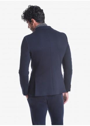 Giacca doppiopetto uomo John Barritt vestibilità slim, foderata, chiusura a sei bottoni, doppio spacco, tasche a pattina, amf. Tessuto in maglia, colore blu. Composizione 100% cotone. Blue