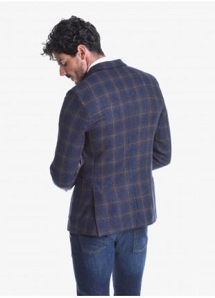 Giacca uomo John Barritt vestibilità slim, semi foderata, due bottoni, doppio spacco, tasche a toppa. Tessuto in misto lana, fantasia a quadri. Composizione 77% lana vergine 20% cotone 3% cashmere. Sky Blue