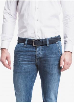 Cintura uomo John Barritt, regolabile, altezza 3,5 cm, in vera pelle nabuk scamosciata. Colore blu. Fibbia in metallo galvanica nikel lucido. Composizione 100% pelle. Blue