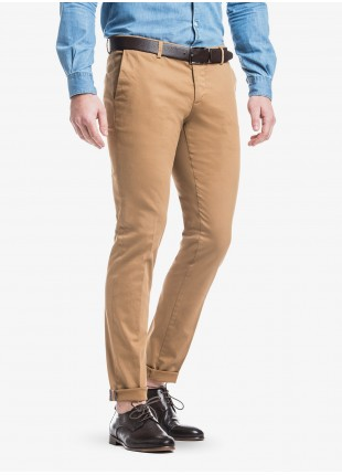 John Barritt man chinos, slim fit, in stretch cotton fabric with micro design, garment-dye. Composition  97% cotton 3% elastane. Burned Brown