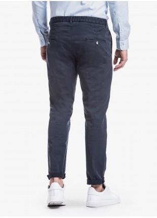 Pantalone uomo John Barritt con una pinces davanti, tasca inserita nel fianco davanti e tasche a filetto dietro. Tessuto in cotone elasticizzato tinto in capo. Composizione 98% cotone 2% elastan. Blue