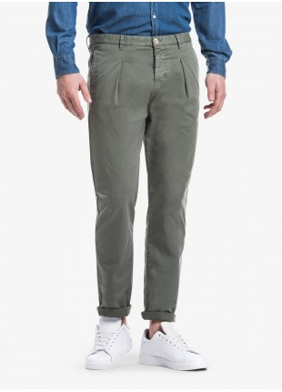 Pantalone uomo John Barritt con una pinces davanti, tasca inserita nel fianco davanti e tasche a filetto dietro. Tessuto in cotone elasticizzato tinto in capo. Composizione 98% cotone 2% elastan. Cverde Militare