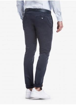 Pantalone chinos uomo John Barritt, vestibilita slim, in cotone elasticizzato tinto in capo. Composizione 98% cotone 2% elastomero.   Blue