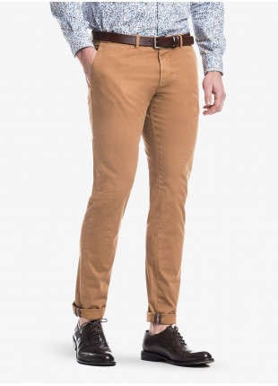 John Barritt man chinos, slim fit, in stretch cotton fabric, garment-dyed. Composition 98% cotton 2% elastane. Burned Brown