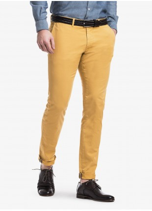 John Barritt man chinos, slim fit, in stretch cotton fabric, garment-dyed. Composition 98% cotton 2% elastane. Ocher