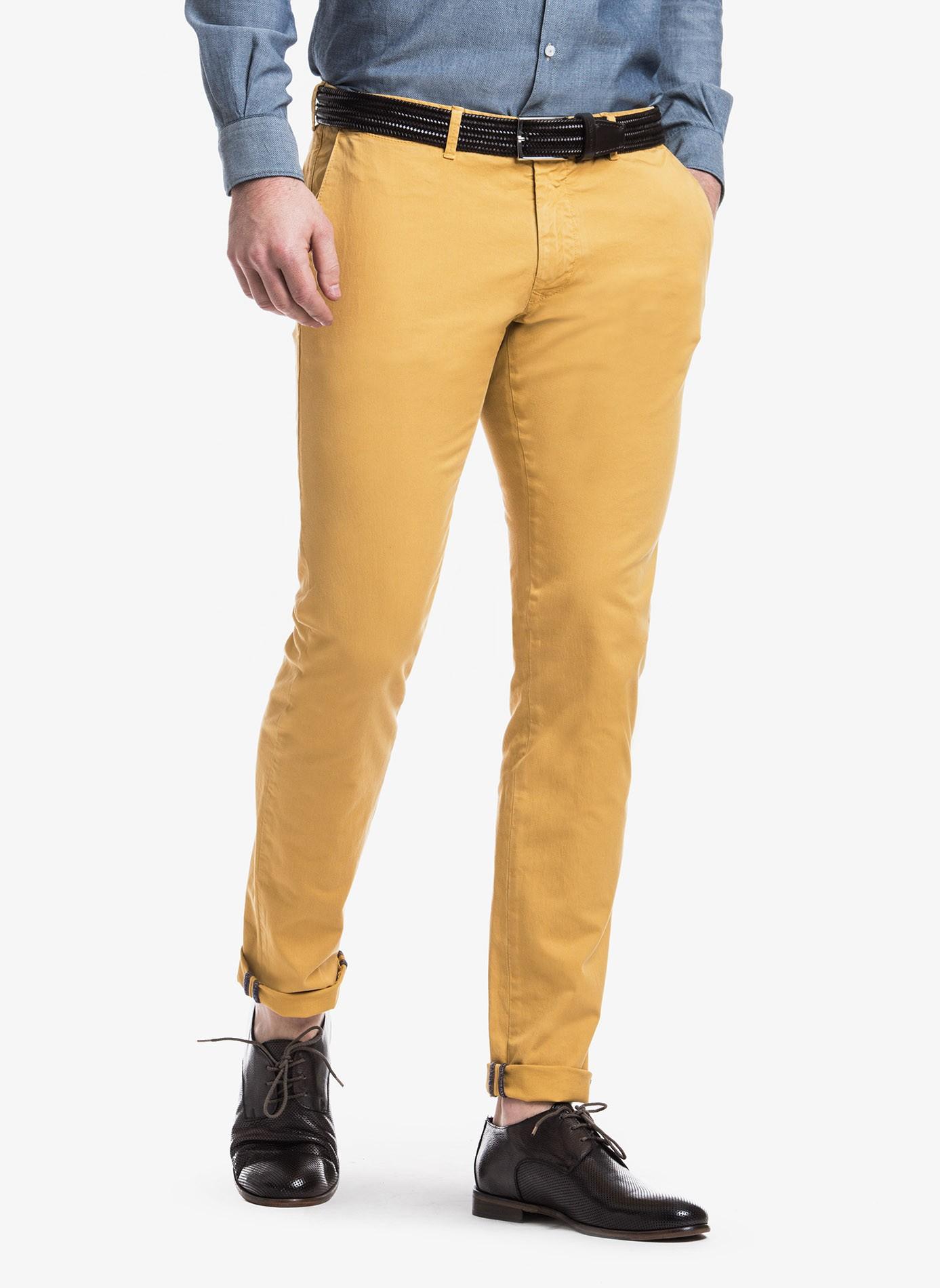 9ffa3e6ff73a43 Pantalone chinos uomo John Barritt, vestibilita slim, in cotone  elasticizzato tinto in capo. Composizione 98% cotone 2% elastomero. Ocra