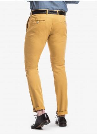 Pantalone chinos uomo John Barritt, vestibilita slim, in cotone elasticizzato tinto in capo. Composizione 98% cotone 2% elastomero.   Ocra