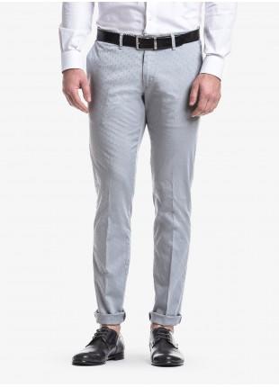 Pantalone chinos uomo John Barritt, vestibilita slim, in cotone elasticizzato tinto in capo con micro jacquard. Composizione 97% cotone 3% elastomero.    Grigio Chiaro Unito