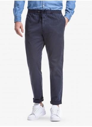 Pantalone uomo John Barritt, vestibilita slim, elastico e coulisse in vita, tasche inserite nel fianco davanti e tasche a filetto dietro. Tessuto in cotone elasticizzato tinto in capo. Composizione 98% cotone 2% elastan.            Blue