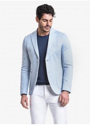 Giacca uomo John Barritt vestibilita slim, foderata, due bottoni, doppio spacco, tasche a toppa, pochette. Tessuto in maglia con fantasia a righe. Colore azzurro. Composizione 100% cotone. Ghiaccio