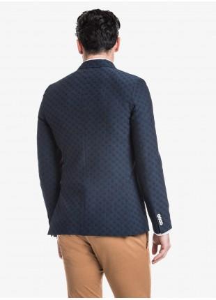 Giacca uomo John Barritt vestibilita slim, semi foderata, due bottoni, doppio spacco, tasche a toppa. Tessuto con fantasia jacquard, colore blu. Composizione 54% poliestere 45% lana vergine 1% elastan.      Sky Blue