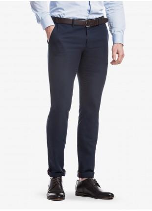 Pantalone chinos uomo John Barritt, vestibilita slim, in cotone lavato con micro struttura. Colore blu. Composizione 100% cotone. Blue