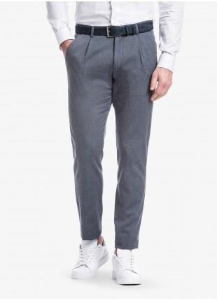 Pantalone sartoriale uomo John Barritt con una pinces davanti, vestibilita slim. Tessuto in cotone elasticizzato con micro struttura. Composizione 97% cotone 3% elastan.  Blue