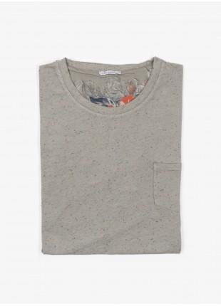 T-shirt John Barritt, slim fit, girocollo con manica corta e taschino petto. Jersey bottonato, verde salvia. 100% cotone.