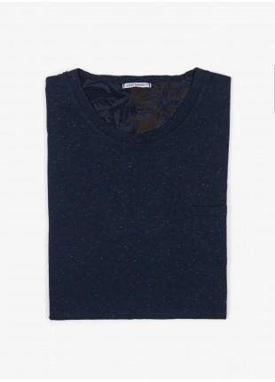 T-shirt John Barritt, slim fit, girocollo manica corta e taschino sul petto. Jersey bottonato, colore blu. 100% cotone.