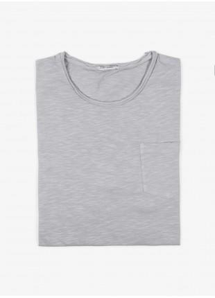 T-shirt John Barritt, slim fit, girocollo tagliato al vivo, taschino. Jersey di cotone fiammato, grigio chiaro. 100% cotone.