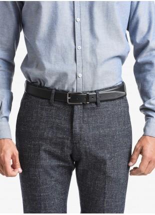 Cintura uomo John Barritt, regolabile, altezza 3 cm, in pelle stampata saffiano di colore nero. Fibbia in metallo galvanica nikel satinato con passante in metallo. Composizione 100% pelle. Nero