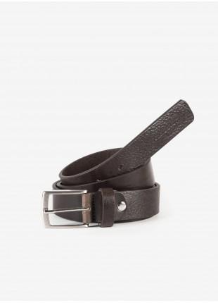 Cintura uomo John Barritt, regolabile, altezza 3 cm, in pelle martellata colore marrone. Fibbia in metallo galvanica nikel satinato con passante in pelle. Composizione 100% pelle. Marron Chiaro