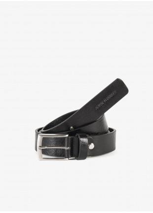 Cintura uomo John Barritt, regolabile, altezza 3 cm, in pelle martellata colore nero. Fibbia in metallo galvanica nikel satinato con passante in pelle. Composizione 100% pelle. Nero