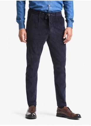Pantalone uomo John Barritt, vestibilita slim, elastico e coulisse in vita, tasche america davanti e tasche a filetto dietro. Tessuto in velluto a coste elasticizzato. Composizione 98% cotone 2% elastan. Blue