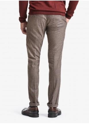 Pantalone chinos uomo John Barritt, vestibilita slim, tessuto in misto lana elasticizzato con fantasia a micro check. Composizione 69% lana 20% poliestere 9% cotone 2% elastan. Cammello