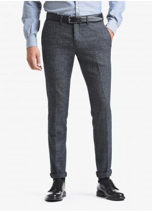 Pantalone chinos uomo John Barritt, vestibilita slim, tessuto in misto lana. Composizione 44% lana vergine 31% cotone 17% poliammide 8% lino. Blue