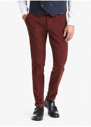 Pantalone chinos uomo John Barritt, vestibilita slim, tessuto in velluto a coste elasticizzato. Composizione 97% cotone 3% elastan. Marrone Bruciato