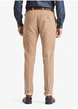 Pantalone chinos uomo John Barritt, vestibilita slim, tessuto in velluto a coste elasticizzato. Composizione 97% cotone 3% elastan. Cammello