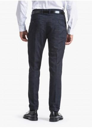 Pantalone sartoriale uomo John Barritt con doppia pinces, tessuto in pura lana con micro fantasia. Catenina staccabile sul fianco. Composizione 100% lana vergine. Blue