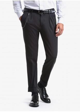 Pantalone sartoriale uomo John Barritt con doppia pinces, tessuto in jersey elasticizzato. Catenina staccabile sul fianco. Composizione 63% cotone 32% poliammide 5% elastan. Nero