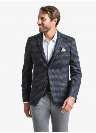 Giacca uomo John Barritt vestibilita slim, foderata, due bottoni, doppio spacco, tasche a pattina, pochette. Tessuto in jersey elasticizzato con fantasia a quadretti. Colore blu. Composizione 34% poliammide 31% lana 30% cotone 5% elastan. Blue