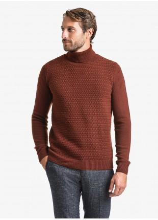 Maglia uomo John Barritt vestibilita slim, dolcevita, punto fantasia davanti. Composizione 80% lana vergine 20% poliammide. Roso Bruciato