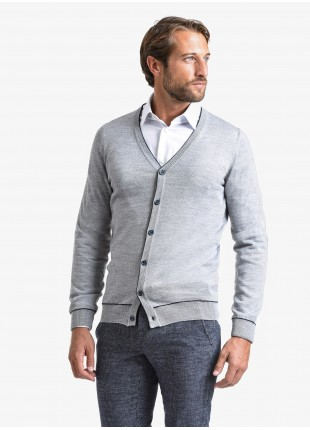 Maglia uomo John Barritt vestibilita slim, modello cardigan con toppe in tessuto sul gomito. Composizione 50% lana 50% acrilico. Ghiachio