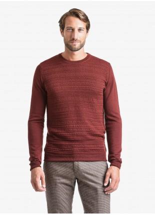 Maglia uomo John Barritt vestibilita slim, girocollo, punto fantasia davanti. Composizione 50% lana 50% acrilico. Roso Bruciato