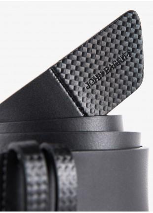 Cintura uomo John Barritt, regolabile, altezza 3.5 cm, in pelle con stampa effetto carbonio, colore nero. Fibbia in metallo galvanica canna di fucile opaco. Composizione 100% pelle. Nero