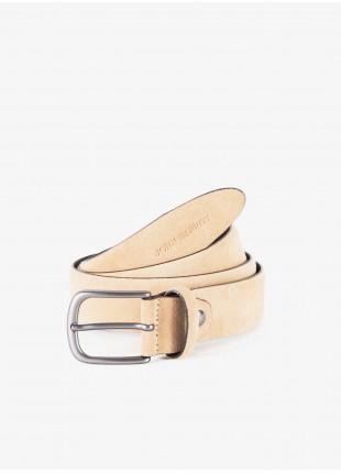Cintura uomo John Barritt, regolabile, altezza 3.5 cm, in pelle scamosciata colore sabbia. Fibbia in metallo galvanica canna di fucile opaco. Composizione 100% pelle. Beige Medio