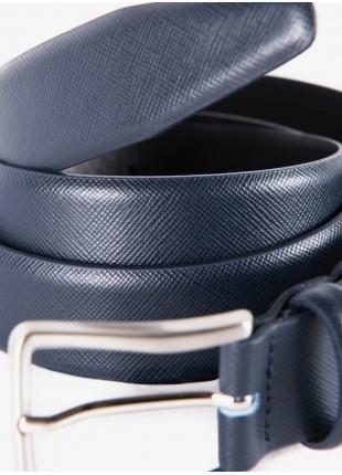 Cintura uomo John Barritt, regolabile, altezza 3 cm, in pelle stampa saffiano colore blu. Fibbia in metallo galvanica nikel satinato. Composizione 100% pelle. Blue