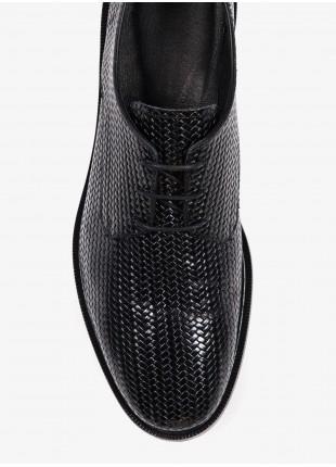 Scarpa uomo John Barritt con allacciatura derby, in pelle stampata effetto intreccio, suola in cuoio. Colore nero. Composizione 100% pelle. Nero