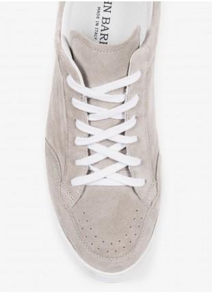 Sneakers uomo John Barritt, in pelle scamosciata, suola in gomma. Colore grigio perla. Composizione 100% pelle. Ghiachio